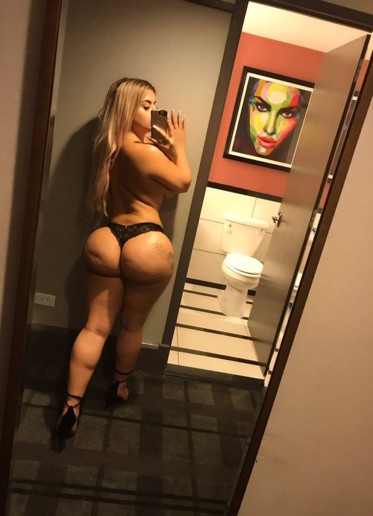 PAWG Camsoda camgirl Lissa Aires takes selfie