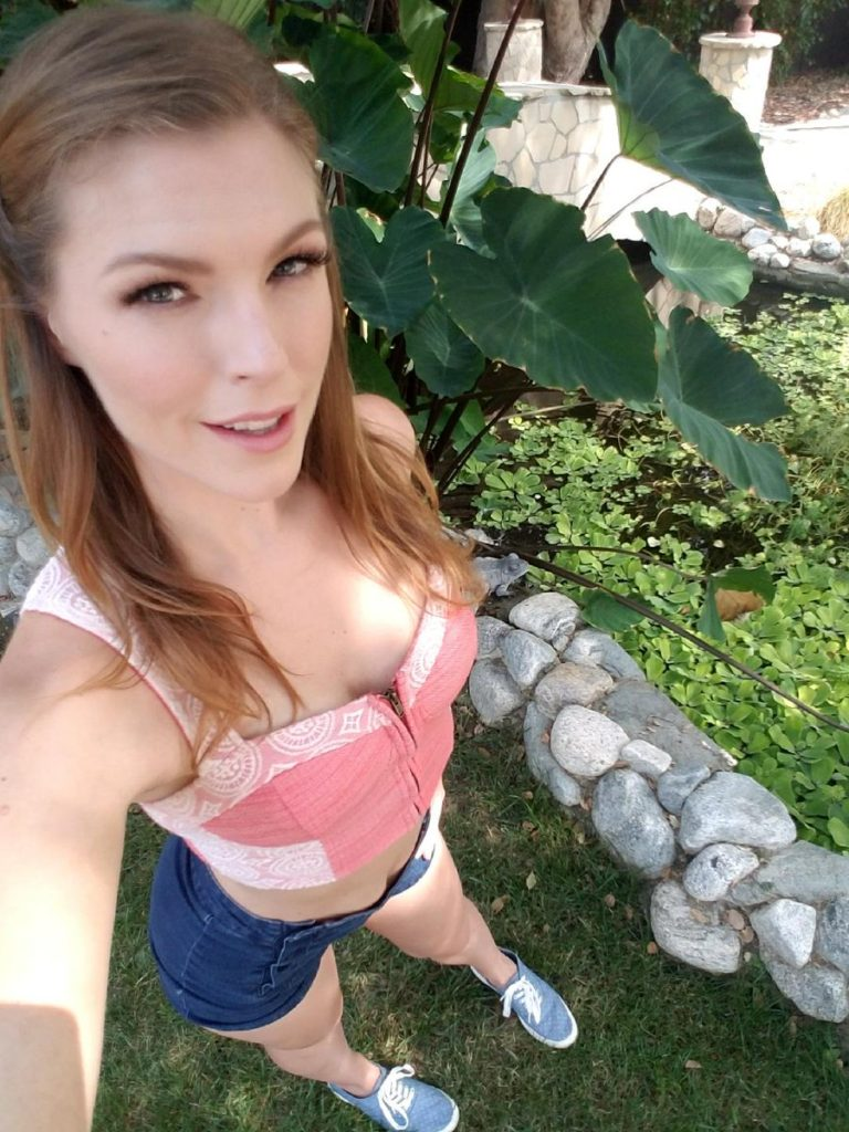 Ella Nova selfie