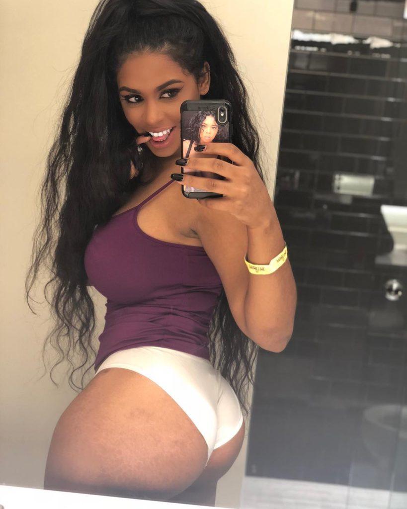 Megan Ashli takes sexy booty selfie